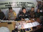 foto_bawaslu_pekanbaru_ekspos_caleg_yang_terlibat_politik_uang_1.jpg