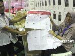 foto_beginilah_bentuk_surat_suara_rusak_yang_ditemukan_saat_pelipatan_di_pekanbaru_2.jpg