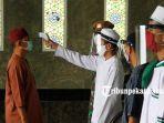foto_cek_suhu_tubuh_sebelum_laksanakan_sholat_jumat_di_masjid_raya_an_nur_4.jpg