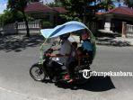 foto_cuaca_panas_di_pekanbaru_pengendara_gunakan_kanopi_motor_1.jpg