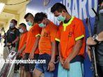 foto_empat_tersangka_penyiraman_air_keras_kepada_sepasang_kekasih_diringkus_di_pekanbaru_2.jpg