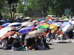 foto_guru_sertifikasi_kembali_gelar_aksi_damai_di_depan_kantor_walikota_pekanbaru_4.jpg