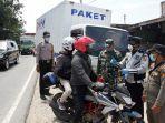 foto_hari_pertama_psbb_pekanbaru_seluruh_kendaraan_lewat_di_perbatasan_1_diperiksa_2.jpg