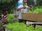 foto_imigran_di_pekanbaru_isi_waktu_dengan_berkebun_di_tempat_tinggalnya_4.jpg