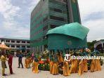 foto_inilah_penampakan_tanjak_terbesar_di_indonesia_ada_di_kampus_umri_di_pekanbaru_2.jpg