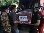 foto_jenazah_putri_korban_jatuhnya_pesawat_sriwijaya_air_sj_182_tiba_di_rumah_duka_di_pekanbaru_1.jpg<pf>foto_jenazah_putri_korban_jatuhnya_pesawat_sriwijaya_air_sj_182_tiba_di_rumah_duka_di_pekanbaru_2.jpg<pf>foto_jenazah_putri_korban_jatuhnya_pesawat_sriwijaya_air_sj_182_tiba_di_rumah_duka_di_pekanbaru_3.jpg<pf>foto_jenazah_putri_korban_jatuhnya_pesawat_sriwijaya_air_sj_182_tiba_di_rumah_duka_di_pekanbaru_4.jpg<pf>foto_jenazah_putri_korban_jatuhnya_pesawat_sriwijaya_air_sj_182_tiba_di_rumah_du