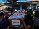 foto_jenazah_putri_korban_jatuhnya_pesawat_sriwijaya_air_sj_182_tiba_di_rumah_duka_di_pekanbaru_4.jpg