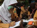 foto_kabut_asap_murid_sd_di_pekanbaru_gunakan_masker_saat_belajar_3.jpg
