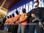 foto_lima_penumpang_bandara_ssk_ii_pekanbaru_ditangkap_karena_palsukan_surat_pcr_2.jpg