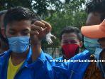 foto_mahasiswa_di_pekanbaru_bawa_tikus_saat_aksi_di_kantor_kejati_riau_2.jpg