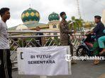 foto_masjid_paripurna_agung_ar_rahman_ditutup_untuk_ibadah_salat_jumat_2.jpg