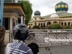 foto_masjid_paripurna_agung_ar_rahman_ditutup_untuk_ibadah_salat_jumat_3.jpg
