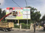 foto_penertiban_apk_caleg_di_jalan_sudirman_pekanbaru_1.jpg