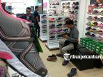 foto_penghujung_ramadhan_toko_sepatu_di_pekanbaru_mengalami_peningkatan_kunjungan_1.jpg<pf>foto_penghujung_ramadhan_toko_sepatu_di_pekanbaru_mengalami_peningkatan_kunjungan_2.jpg<pf>foto_penghujung_ramadhan_toko_sepatu_di_pekanbaru_mengalami_peningkatan_kunjungan_3.jpg<pf>foto_penghujung_ramadhan_toko_sepatu_di_pekanbaru_mengalami_peningkatan_kunjungan_4.jpg