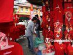 foto_penjualan_baju_bertema_imlek_di_pekanbaru_1.jpg<pf>foto_penjualan_baju_bertema_imlek_di_pekanbaru_2.jpg<pf>foto_penjualan_baju_bertema_imlek_di_pekanbaru_3.jpg