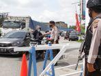 foto_penyekatan_arus_mudik_di_simpang_garuda_sakti_pekanbaru_2.jpg