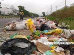 foto_permasalahan_sampah_di_pekanbaru_tumpukan_sampah_terlihat_di_jalan_air_hitam_1.jpg