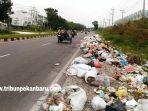 foto_permasalahan_sampah_di_pekanbaru_tumpukan_sampah_terlihat_di_jalan_air_hitam_3.jpg