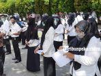 foto_peserta_skb_cpns_di_pekanbaru_gunakan_masker_dan_face_shield_1.jpg