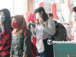 foto_petugas_dan_penumpang_bandara_ssk_ii_pekanbaru_mulai_memakai_masker_1.jpg<pf>foto_petugas_dan_penumpang_bandara_ssk_ii_pekanbaru_mulai_memakai_masker_2.jpg<pf>foto_petugas_dan_penumpang_bandara_ssk_ii_pekanbaru_mulai_memakai_masker_3.jpg<pf>foto_petugas_dan_penumpang_bandara_ssk_ii_pekanbaru_mulai_memakai_masker_4.jpg