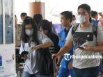 foto_petugas_dan_penumpang_bandara_ssk_ii_pekanbaru_mulai_memakai_masker_2.jpg