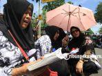 foto_ribuan_guru_kembali_gelar_aksi_di_kantor_walikota_pekanbaru_demo_forum_guru_sertifikasi_3.jpg