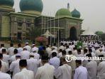 foto_ribuan_umat_muslim_laksanakan_salat_istisqa_di_halaman_masjid_an_nur_pekanbaru_3.jpg