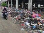foto_sampah_dibiarkan_menumpuk_di_areal_bangunan_pasar_cik_puan_pekanbaru_3.jpg