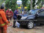 foto_satu_unit_mobil_terbakar_saat_parkir_di_mpp_pekanbaru_3.jpg