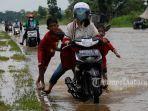 foto_sejumlah_anak-anak_di_pekanbaru_dorong_motor_yang_mogok_akibat_banjir_1.jpg<pf>foto_sejumlah_anak-anak_di_pekanbaru_dorong_motor_yang_mogok_akibat_banjir_2.jpg<pf>foto_sejumlah_anak-anak_di_pekanbaru_dorong_motor_yang_mogok_akibat_banjir_3.jpg