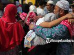 foto_suasana_haru_mewarnai_pelepasan_jemaah_calon_haji_kloter_pertama_di_kemenag_pekanbaru_2.jpg