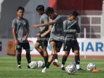 foto_tim_aa_tiga_naga_jalani_latihan_di_stadion_gelora_sriwijaya_laga_perdana_jelang_liga_2_3.jpg