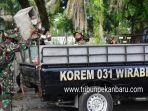 foto_tni_bersihkan_sampah_di_pekanbaru_1.jpg<pf>foto_tni_bersihkan_sampah_di_pekanbaru_2.jpg<pf>foto_tni_bersihkan_sampah_di_pekanbaru_3.jpg