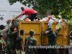 foto_tni_bersihkan_sampah_di_pekanbaru_3.jpg