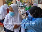 foto_vaksinasi_covid-19_massal_bagi_pelajar_di_pekanbaru_1.jpg<pf>foto_vaksinasi_covid-19_massal_bagi_pelajar_di_pekanbaru_2.jpg<pf>foto_vaksinasi_covid-19_massal_bagi_pelajar_di_pekanbaru_3.jpg