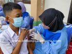 foto_vaksinasi_covid-19_massal_bagi_pelajar_di_pekanbaru_2.jpg