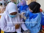 foto_vaksinasi_covid-19_massal_bagi_pelajar_di_pekanbaru_3.jpg