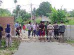 foto_warga_bongkar_beton_penutup_jalan_di_marpoyan_damai_pekanbaru_1.jpg