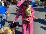gendong-anak-korban-kecelakaan-ternyata-perempuan-berbaju-pink-ini-istri-pejabat-penting-di-riau.jpg