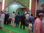 gerhana-bulan-total-jamaah-masjid-agung-istiqomah-laksanakan-sholat-sunat-gerhana.jpg