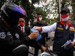 gubernur-riau-syamsuar-membagikan-masker-ke-pengendara-kendaraan-bermotor.jpg