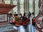 hari_pertama_usai_dilantik_bupati_siak_alfedri_dan_wabup_husni_ziarahi_makam_sultan_syarif_kasim_ii.jpg