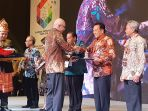 ikhwan-ridwan-menerima-penghargaan-bkn-award-2018_20180711_213335.jpg