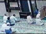 imam-masjid-tiba-tiba-ditusuk-otk-dengan-pisau-dapur-imam-menendangkan-kaki-pisau-itu-pun-bengkok.jpg