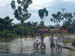 intensitas_hujan_masih_tinggi_bpbd_pelalawan_waspada_genangan_air_di_jalan_raya_saat_berkendara_1.jpg