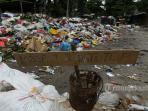 jalan-rajawali-ditutup-karena-sampah-sampai-ke-tengah-jalan_20160616_152436.jpg