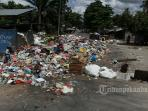 jalan-rajawali-ditutup-karena-sampah-sampai-ke-tengah-jalan_20160616_152455.jpg