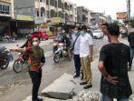 jalan_pemuda_yang_rusak_sempat_ditanami_pohon_pisang_anggota_dprd_pekanbaru_ini_langsung_ke_lokasi.jpg