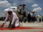 jemaah-haji-kloter-pertama-asal-pekanbaru-tiba-di-bandara-sultan-syarif-kasim-ii-2_20170910_200028.jpg