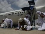 jemaah-haji-kloter-pertama-asal-pekanbaru-tiba-di-bandara-sultan-syarif-kasim-ii_20170910_200012.jpg
